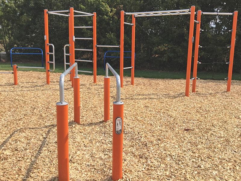 Kinderspielplatz befüllt mit Fallschutz Hackschnitzeln